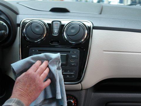 lucidare l'auto: pulizia degli interni