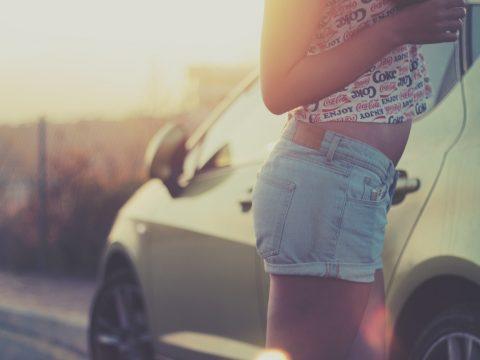 lucidare l'auto: non lavare auto sotto il sole