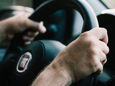 Come pulire i cerchi in lega: utilizzare il volante